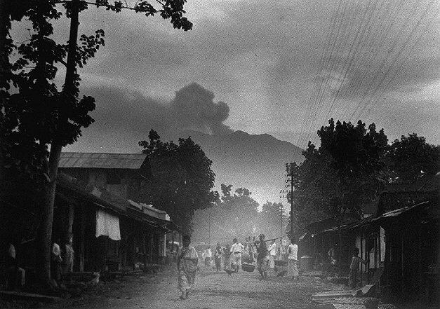 Kampong te Glenmore, waar Groeneboom werd begraven. Op de achtergrond de Goenoeng Raoeng (1927)