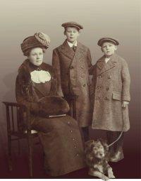 Mevrouw Theodora Groeneboom-Koch en haar zonen Theo en Frits Groeneboom, ca. 1915