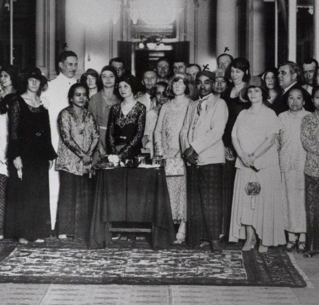 Ontvangst in de kaboepaten van Soedibiokoesoemo, 1932. Soedibiokoesoemo rechts, linksvoor zijn echtgenote Raden Ajoe.