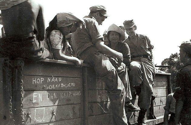 Kolonne van de infanterie met baboes op weg naar Soekaboemi, tijdens de eerste politionele actie. Foto: C.J. (Cees) Taillie