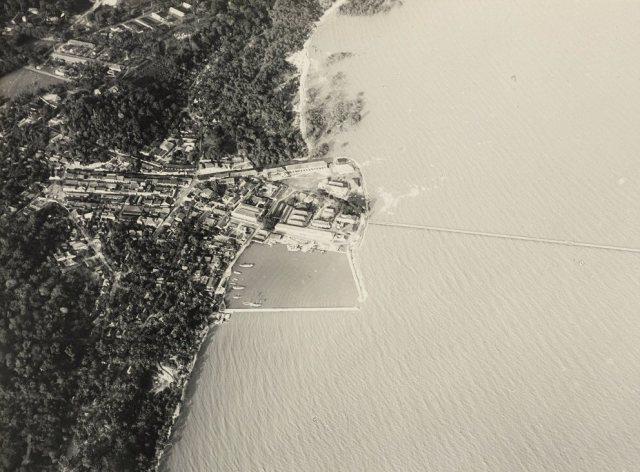 Luchtfoto van Muntok met haven en pier.
