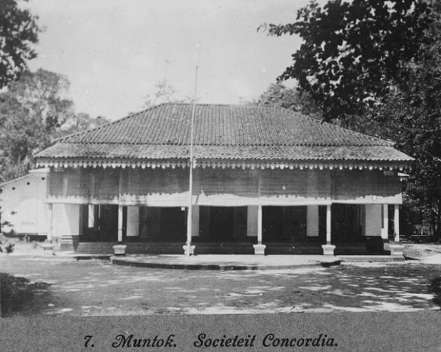 De societeit in Muntok, ca. 1914.
