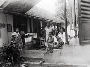 Vermoedelijk achterzijde van het pand Kembodjastraat. Op de achtergrond de bedienden.