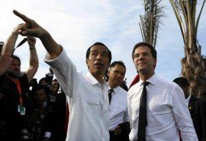 Widodo (links) legt iets uit aan premier Rutte tijdens diens bezoek aan Jakarta in november vorig jaar