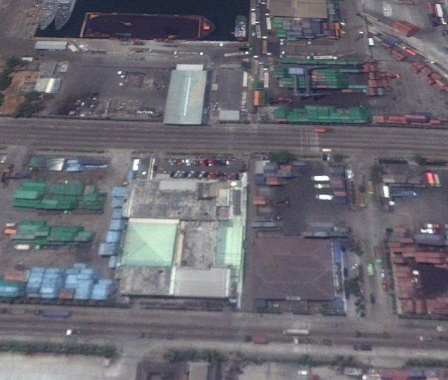 Hier dus in het midden, het grijze gebouw. Of toch - aangepast - het gebouw rechts daarvan, met dubbel rood puntdak?