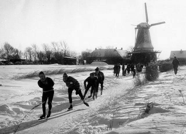 Elfstedentocht 1963. Links Jeen van den Berg en Jan Uitham, de uiteindelijke nummers drie en twee van de race.