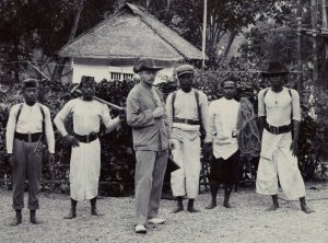 Deninger, met enige van zijn assistenten, voor vertrek naar de binnenlanden van Boeroe. Foto:KITLV.