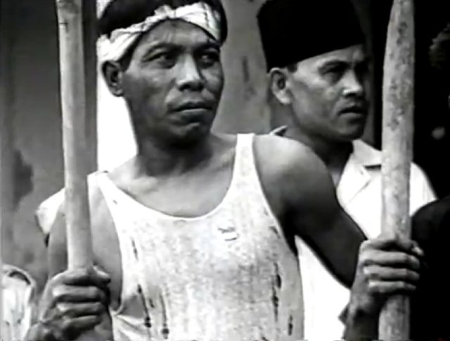 Pemudas met bambu runcing