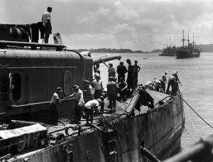 De USS Marblehead in Tjilatjap, februari 1942, voor een snelle reparatie na een Japans bombardement.