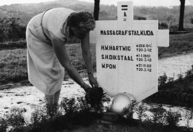 Mevrouw B. Hartwig-Hoogeveen op de Europese begraafplaats Kembang Kuning te Soerabaja, waar de, op 20 februari 1942 te Balikpapan door het Japanse leger omgebrachte, kapitein H. W. Hartwig van het KNIL, in 1972 ten tweede male werd herbegraven. (Kitlv)