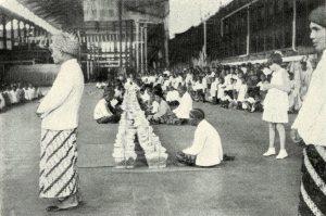 De hadji gaat voor in het gebed. Maalfeest Penaroekan, 1938.