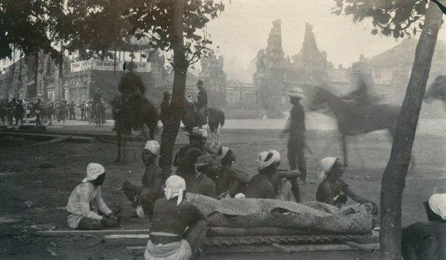 Het stoffelijk overschot van de vorst van Badoeng wordt na de zelfmoordstrijd (poepoetan) overgebracht naar de poeri van Denpasar tijdens de zevende Bali-expeditie, gericht tegen de vorst van Badoeng, 1906. (KITLV)