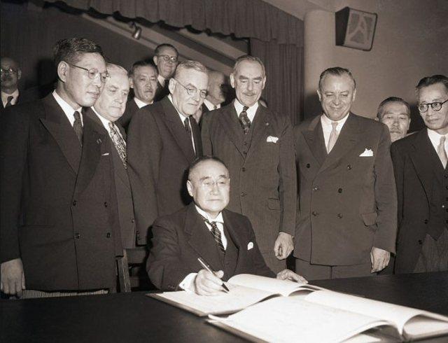 Premier Yoshida ondertekent vredesverdrag, San Francisco, 1951.