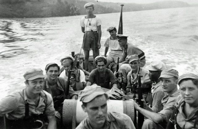 Mariniers in motorsloep