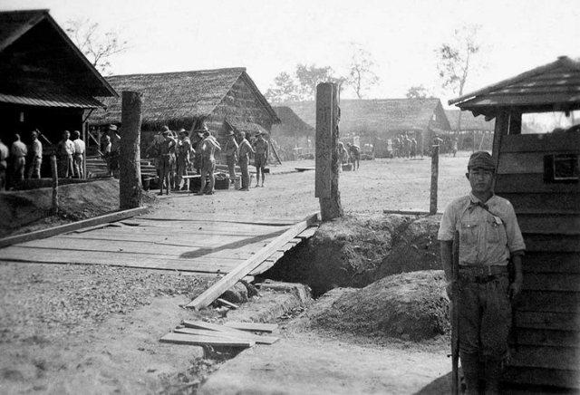 Japanse wacht bij POW-kamp Thanbyuzayat, Thailand
