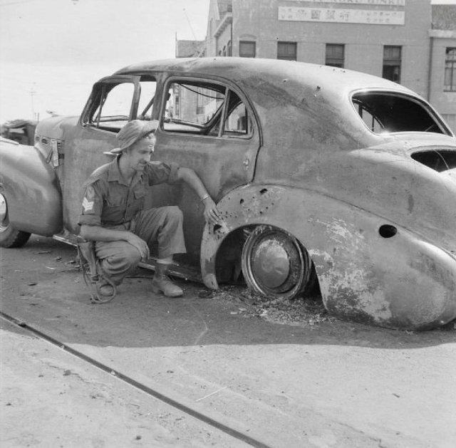 Britse militair bij auto brigadier Mallaby