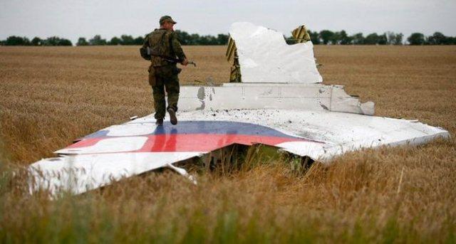 Oekraïns militair loopt over het staartvlak van de MH17