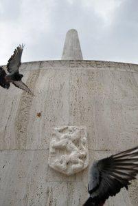 De urn in het nieuwe monument, achter de Nederlandse leeuw