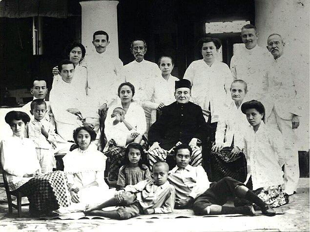 Johan Wilhelm Doppert (midden achter) met zijn kinderen. Vermoedelijk gemaakt in 1917, ter gelegenheid van zijn 90-ste verjaardag. Helaas staat zijn vrouw Mirah/Mah niet op de foto. Van haar bestaat voor zover bekend geen afbeelding.