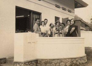 Leden van de familie Doppert op het terras voor het huis in Solo