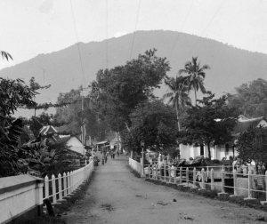 Het dorp Oengaran, met op de achtergrond de Goenoeng Oengaran