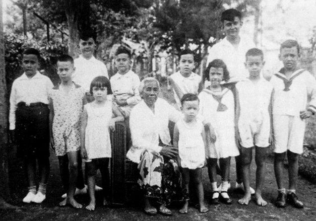 Oma Naomi met haar kleinkinderen