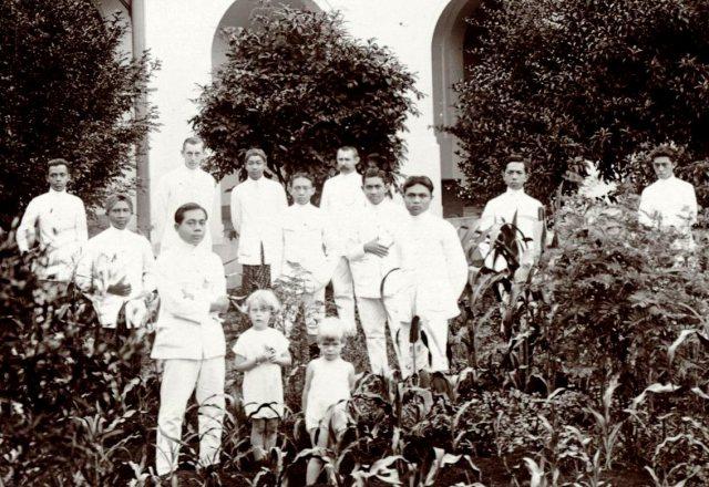 Landbouwschool, groep in tuin