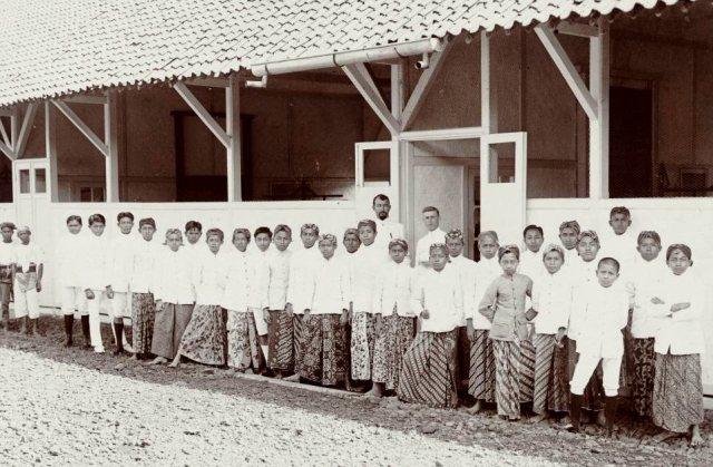 Landbouwschool, leerlingen op een rij