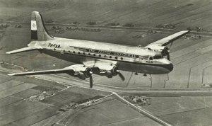 De Douglas C-54 'Skymaster', hier boven Nederland.