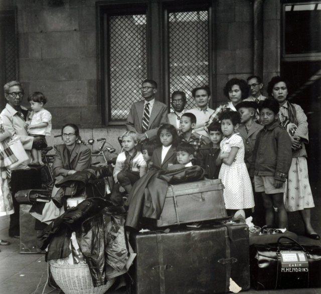 Aankomst Indonesische immigranten op Centraal Station, Amsterdam, ca. 1962 (foto: R.W. Wettstein)