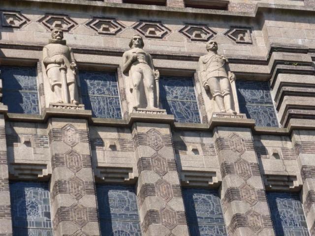 Coen, Daendels en Van Heutsz, op de gevel van het gebouw van De Bazel