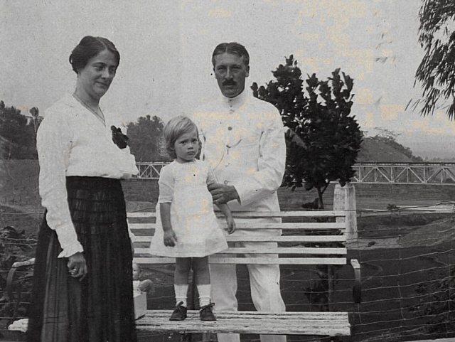 Jeanette met ouders, voor spoorbrug Temanggoen, oktober 1918.