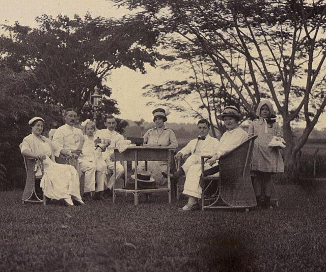 Jeanette Feenstra op schoot bij haar vader, Langensari, juni 1919.