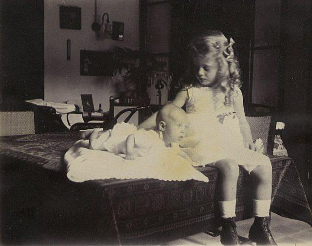 Jeanette Titia Jacoba Feenstra (26 augustus 1916)  en onbekend meisje, december 1916.