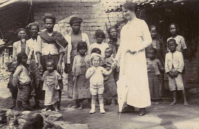 Mevrouw Clara Geertruida Feenstra- Godefroij, haar dochter Jeanette Titia Jacoba en inlanders, in Temanggoeng, oktober 1918.