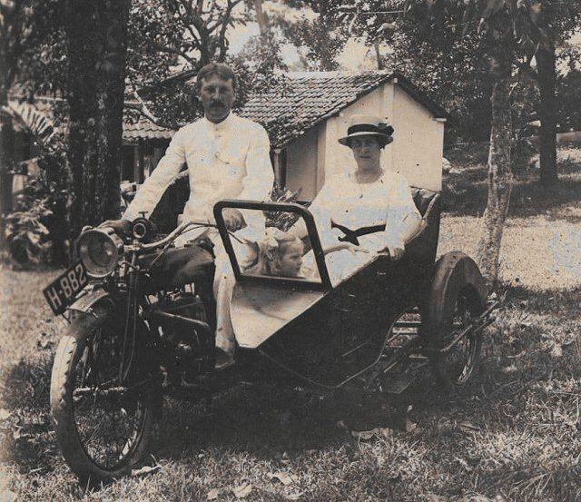 Jeanette Feenstra, met ouders, in motor met zijspan. Djangli, april 1918.