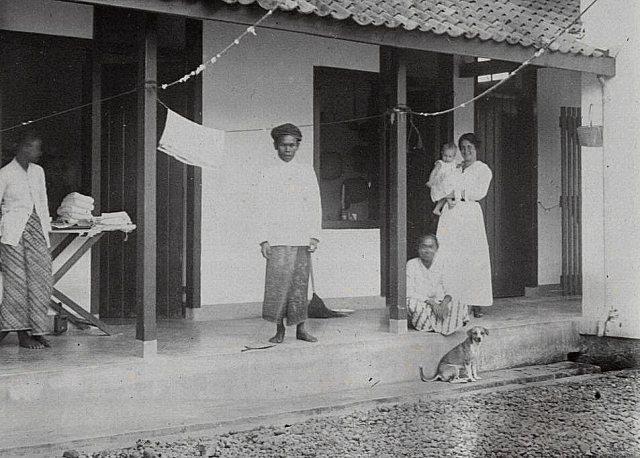 Mevrouw Feenstra-Godefroij, Jeanette en personeel, 10 mei 1917.