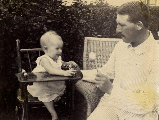 Wiebe Feenstra met zijn dochter Jeanette, juni 1917