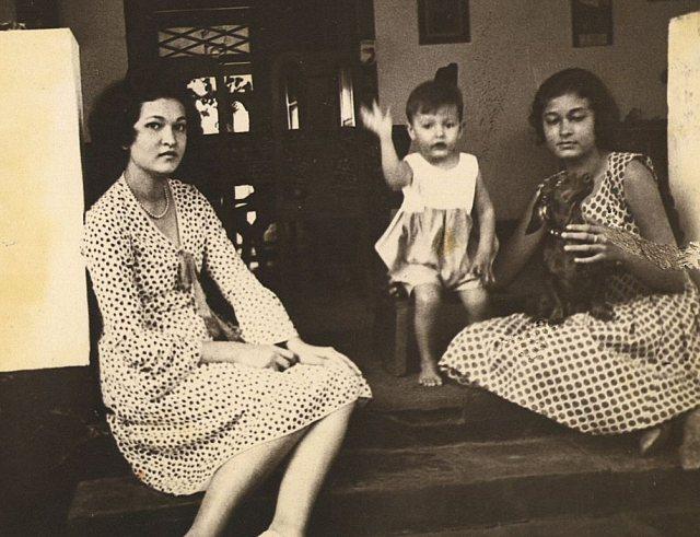 Drie kinderen Persijn. Midden Pucky, rechts Cornelie. ca. 1932