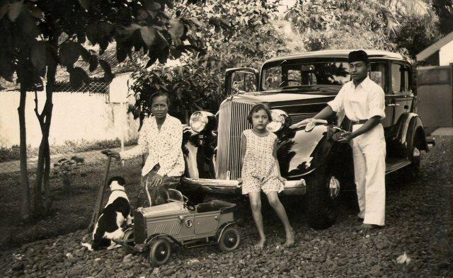 De jongste dochter Pucky, de auto en het personeel, augustus 1936