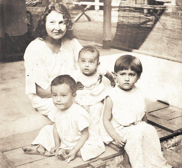Mevrouw Persijn-Stolsz, met de drie kinderen