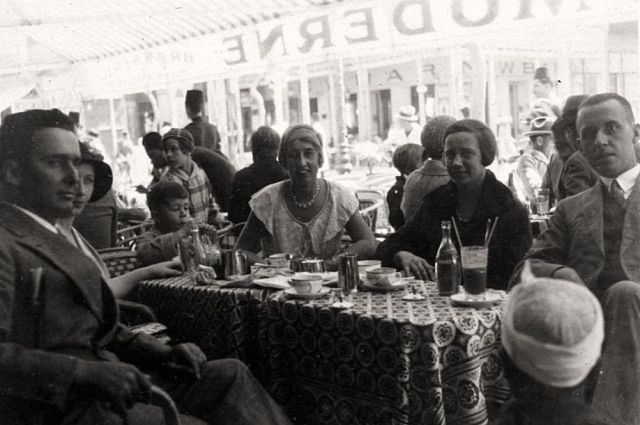 Café in Port Said. Rechts Winnie en Job Admiraal.