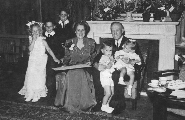 Fie van der Hoop en Willem Frederik Hesselink met hun kleinkinderen, t.t.v. hun huwelijk, 1947