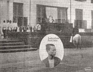Executie van een doodstraf, door ophanging, voor het gemeentehuis in Batavia, 1896. De gehangene is de Chinees Tan Boen Tjiang, alias Impeh, veroordeeld voor de moord op de Chinese vrouw Njonja Assam.