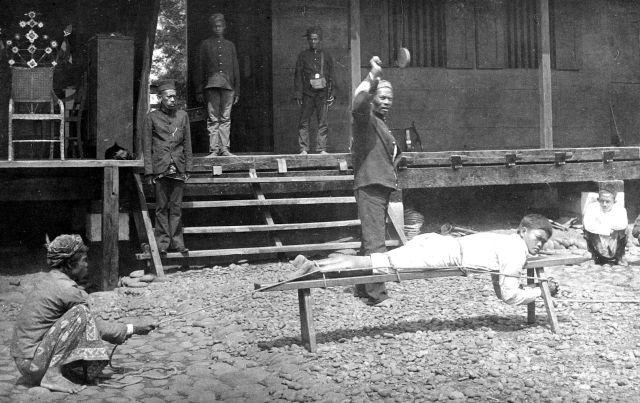 Lijfstraf gevangenis Lahat, Noord-Sumatra, ca. 1900