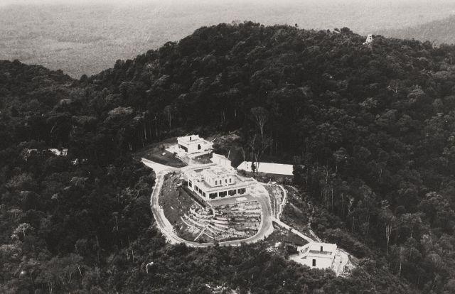 Menoembing, luchtfoto. Linksboven en rechtsonder de beide bungalows, rechtsboven de tennisbaan. Ca. 1929.