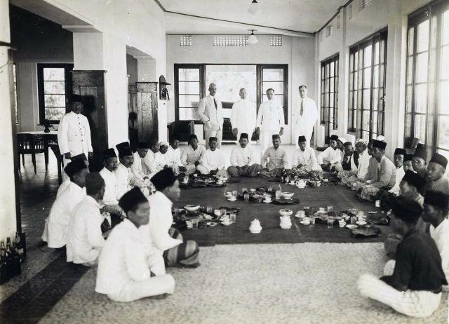 Menoembing: openingsfeest voor het personeel. Ca. 1929.