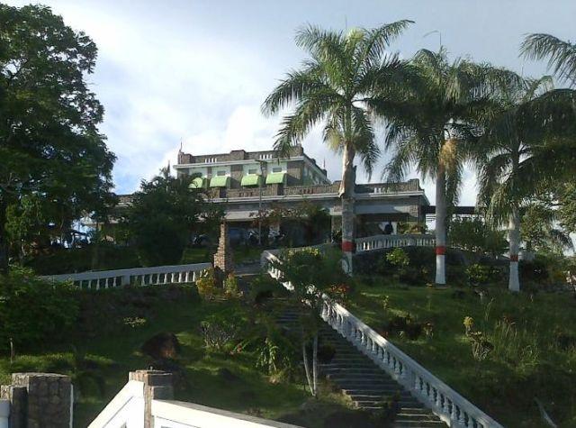 Menumbing, heden, vanaf het dak van één van beide bungalows