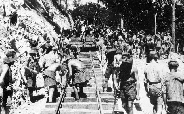 Geallieerde krijgsgevangenen werken aan de spoorweg