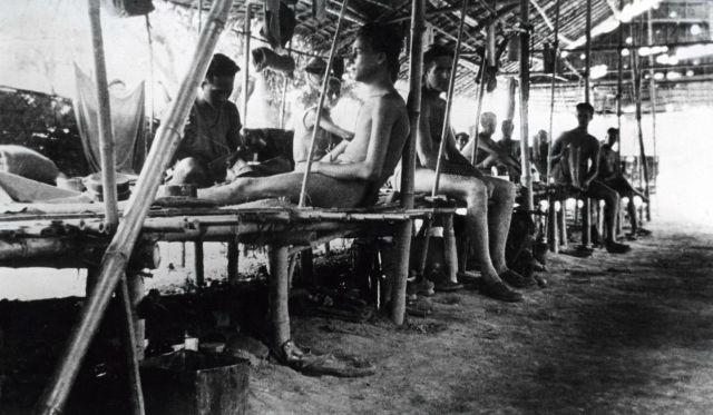 Gevangenen in krijgsgevangenenkamp Tamuan, Birma, herstellend van malaria. Datum onbekend.